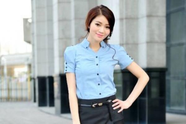 Đồng phục công sở sơ mi màu xanh tay ngắn cổ cao cách điệu